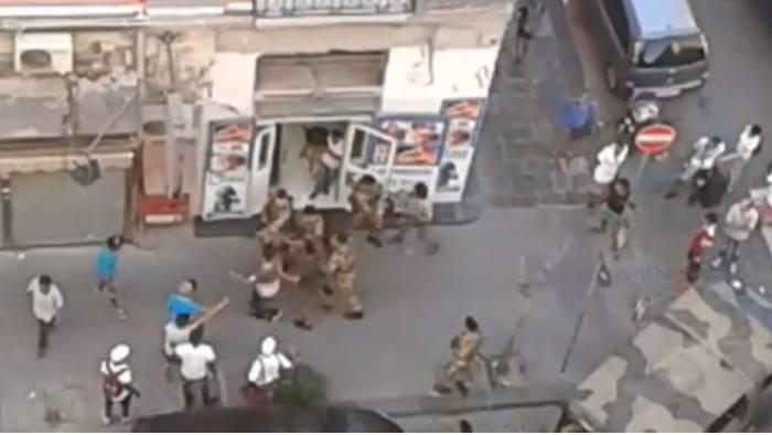 militari accerchiati dalla gang di extracomunitari