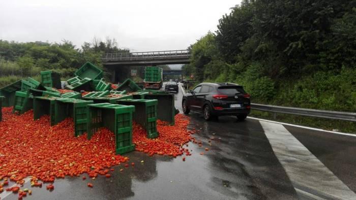 perde pomodori dal tir scatta la multa sul raccordo av sa