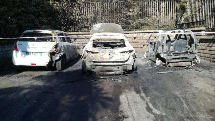 danno fuoco all auto del consigliere distrutte altre 2 auto