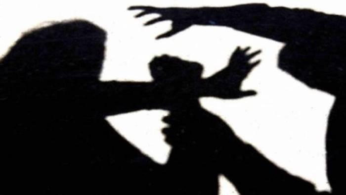 minaccia di morte e distrugge casa dell ex arrestato