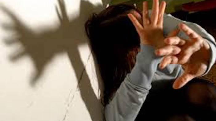 schiaffi pugni e calci poi le violenze sessuali arrestato