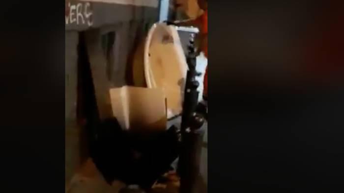 Vasca Da Bagno Napoli : Strade come porcili buttano una vasca da bagno in strada