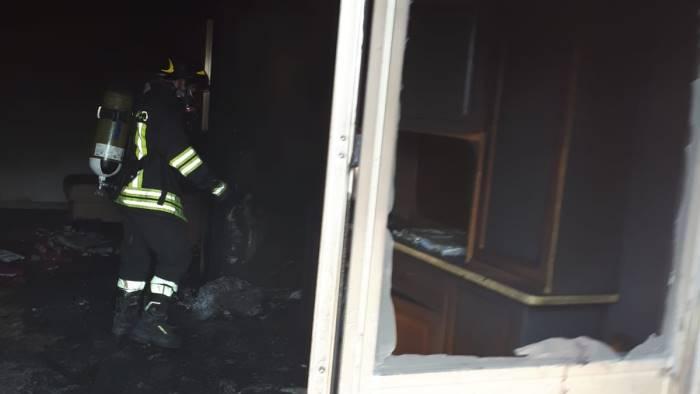 fiamme in una casa paura per famiglia