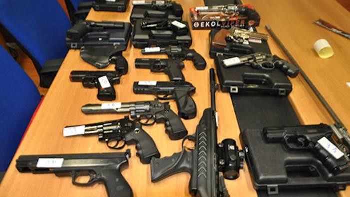 armi illegali il sequestro in una carrozzeria