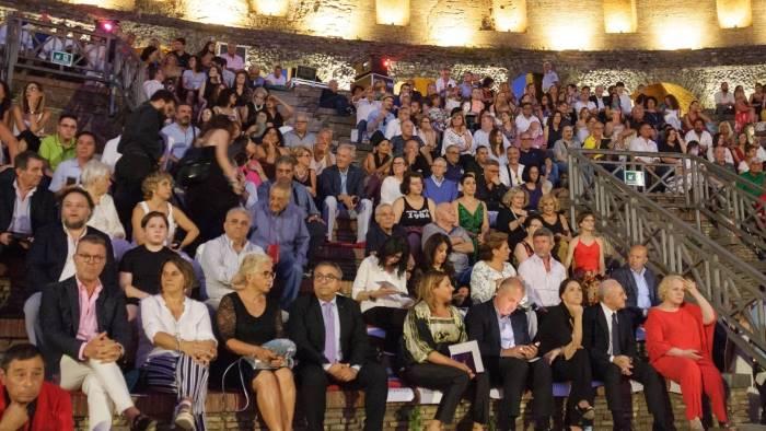 teatro romano in scena pagliacci per la regia di sgarbi