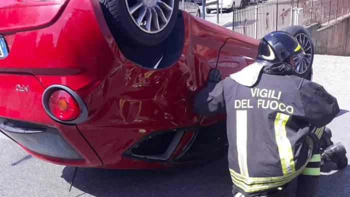 scontro tra due auto alfa mito si ribalta 4 feriti foto