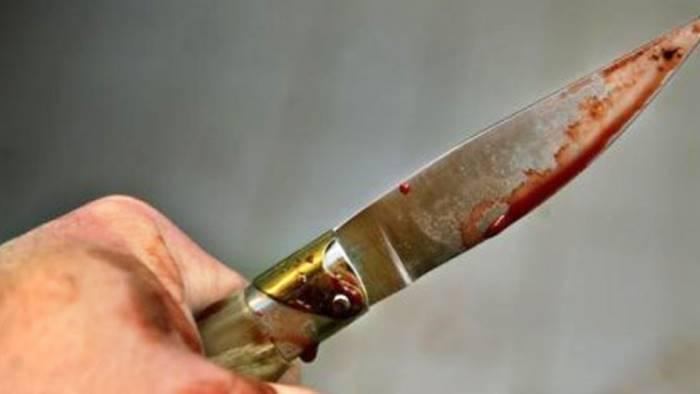 armato di coltello minaccia di uccidere i genitori