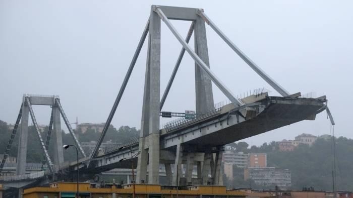 bandiere a mezz asta in ricordo del crollo del ponte morandi
