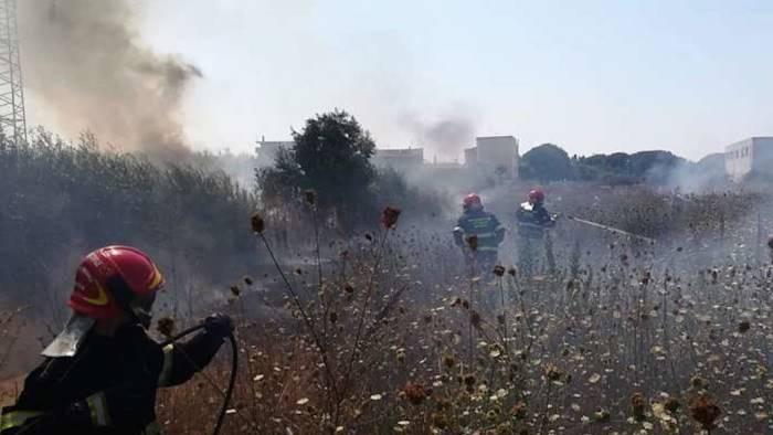 inferno di fuoco famiglie evacuate 4 soccorritori in ospedale