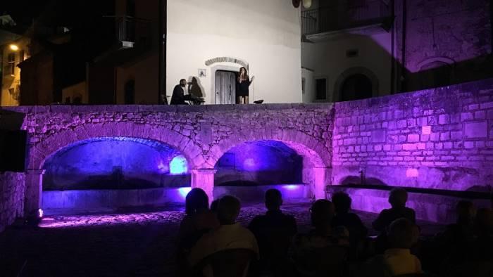 la piazza si illumina con lo spettacolo dedicato a lucio dalla