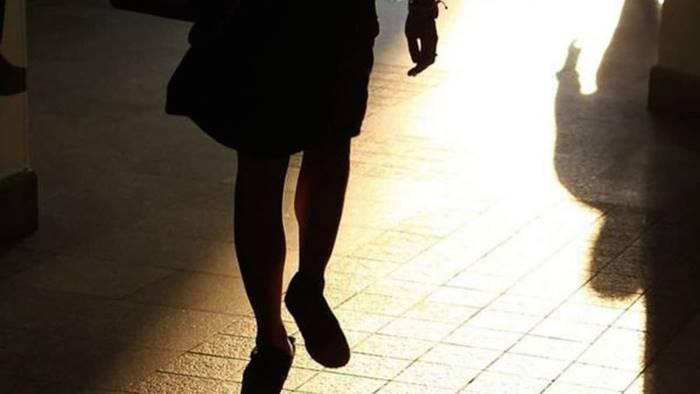 perseguita una donna arrestato 32enne