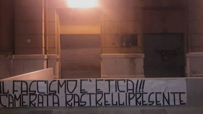 napoli striscione neofascista davanti alla regione