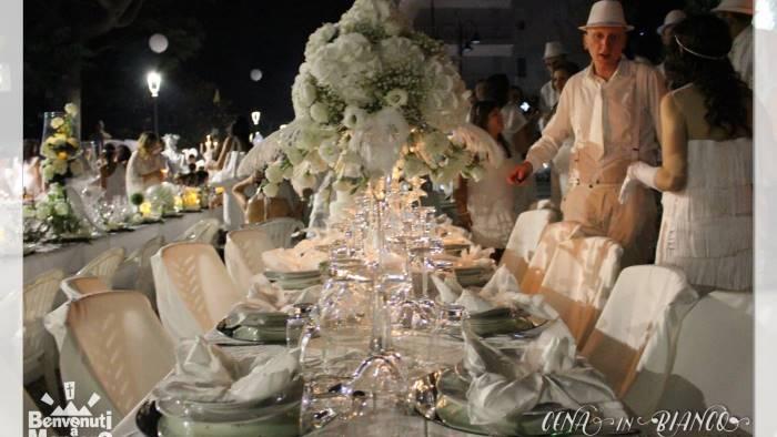 tutto pronto per la cena in bianco piu di mille in piazza