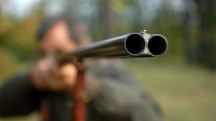litiga in un bar prende il fucile e spara due feriti