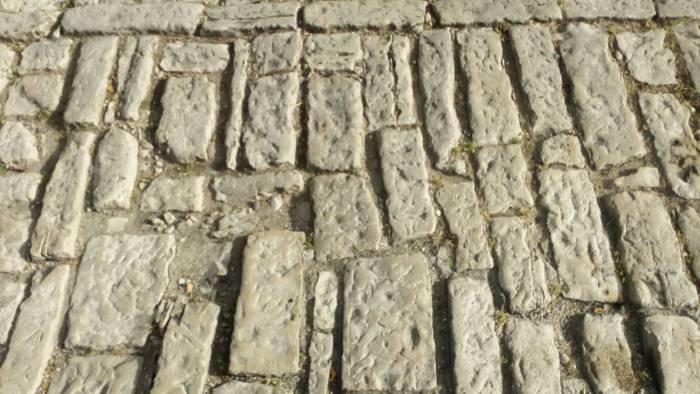 strada dissestata e pietre sconnesse troppi rischi in via roma