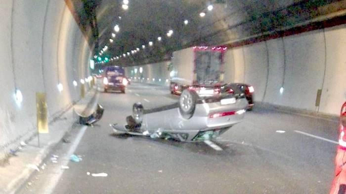 auto si ribalta in galleria traffico in tilt sull autostrada