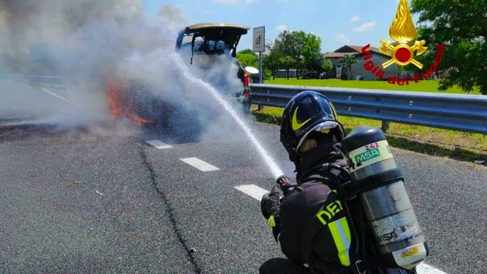 auto in fiamme in autostrada paura per una famiglia