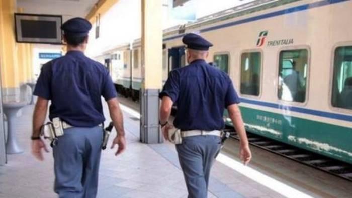 napoli controlli della polizia ferroviaria nella stazione