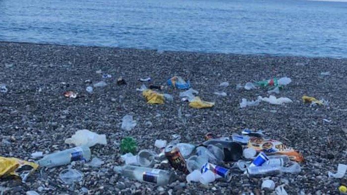 vandali nella notte scempio sulla spiaggia di camerota
