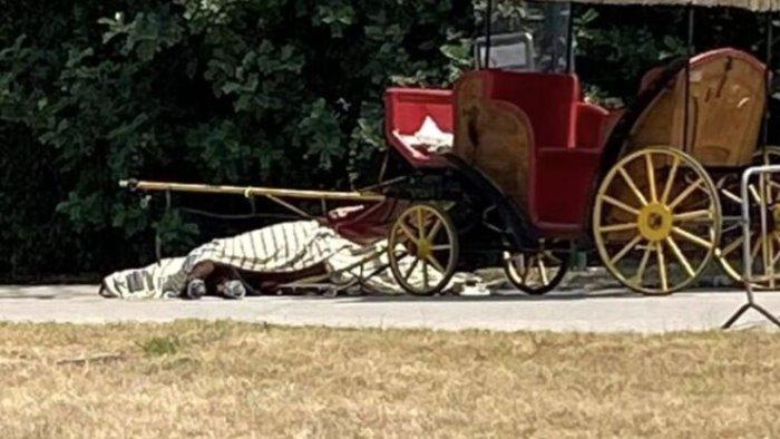stop al servizio carrozze con cavalli arrivano le golf car