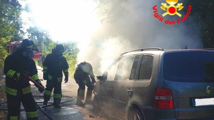 auto in fiamme a lioni salvo il conducente