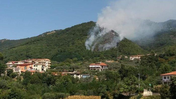 incendio a breccelle fiamme domate dopo sei ore