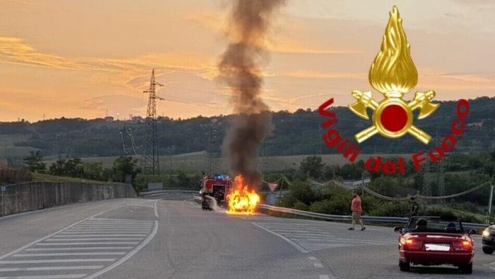 vettura in fiamme sulla ss400 paura per un ragazzo