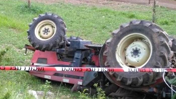 muore schiacciato dal trattore tragedia a roccadaspide