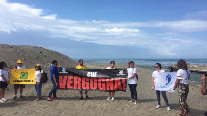 macchia nera in mare i volontari legambiente vergogna