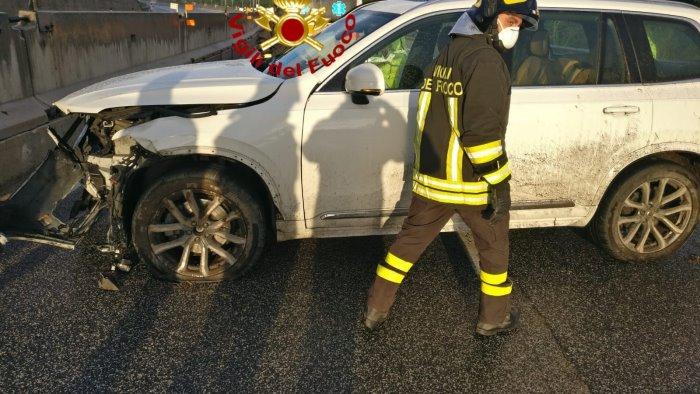 auto contro muro in a16 coppia di anziani feriti