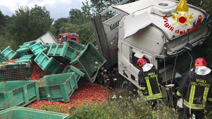 tir sbanda sulla statale tonnellate di pomodori in strada