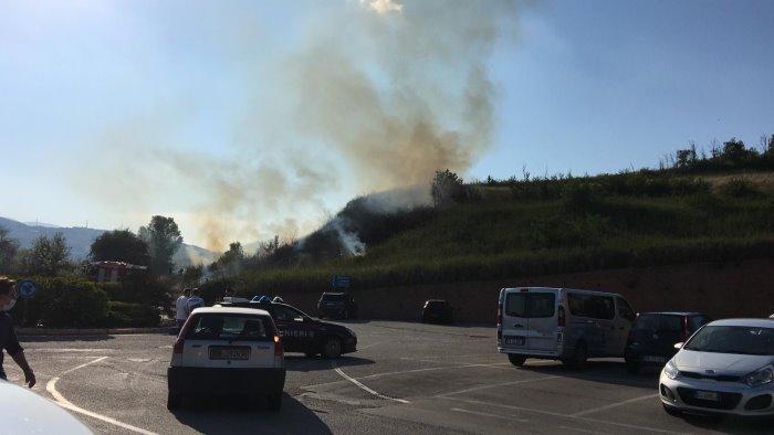 fiamme nei pressi del centro commerciale paura tra i clienti