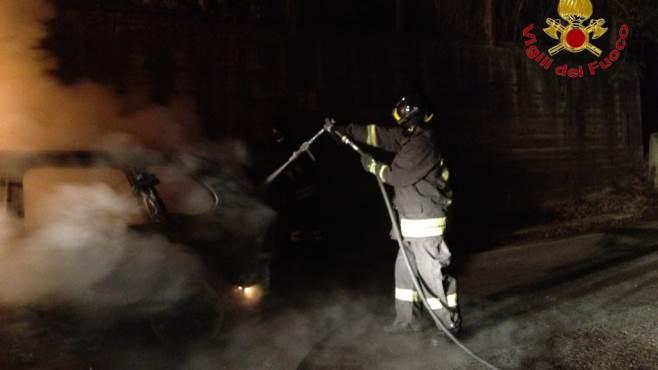 auto in fiamme paura nella notte a taurano
