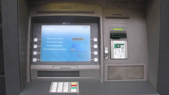 ruba il bancomat e preleva dal conto del collega