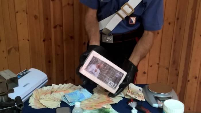 Torre Annunziata, blitz in casa di un insospettabile: scoperti soldi e droga