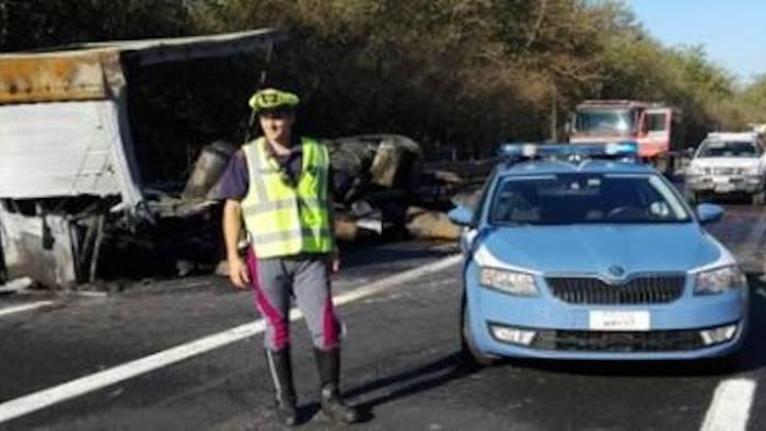 Incidente sulla Napoli-Bari, camion prende fuoco