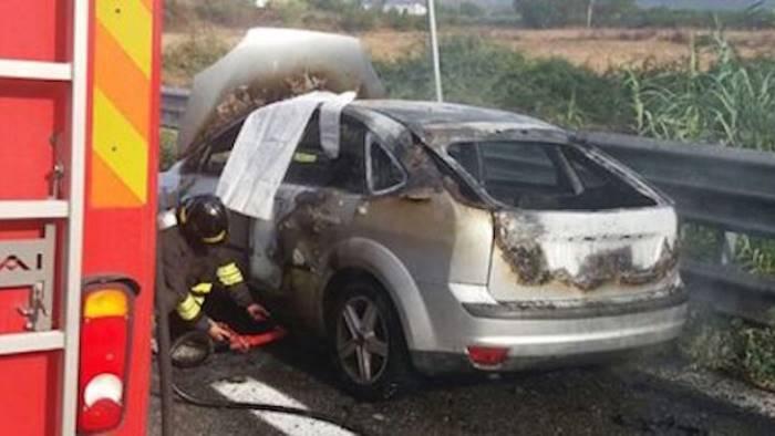 Ford Focus in fiamme sull'autostrada A3 presso l'uscita Pontecagnano sud