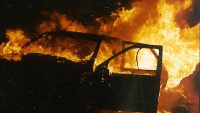 auto in fiamme nella notte indagano i carabinieri