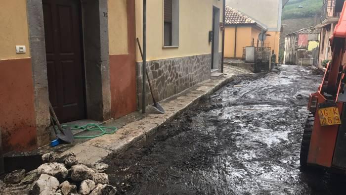 video maltempo in campania scuole chiuse tra fango e detriti