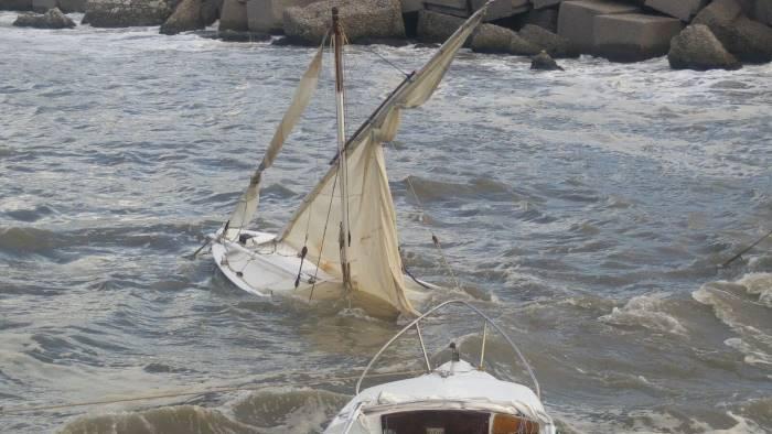 foto mareggiata sul lungomare danni alle barche ormeggiate