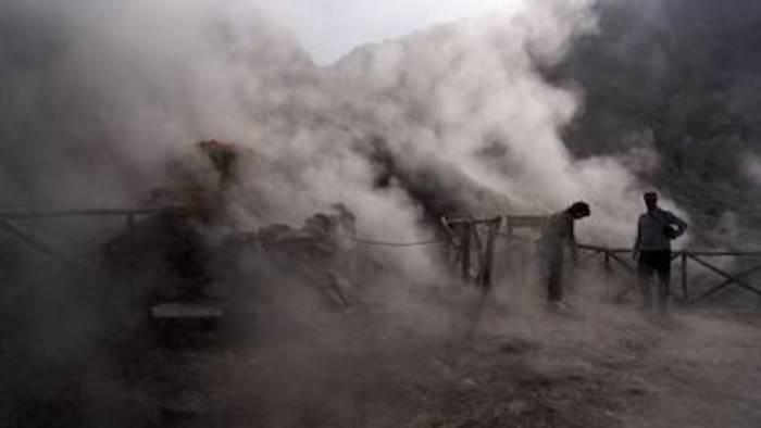 tragedia nella solfatara famiglia cade nel cratere 3 morti