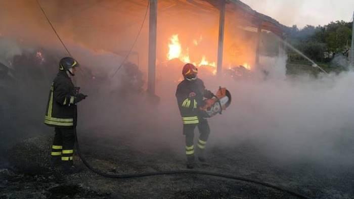 in fiamme capannone con migliaia di balle paglia