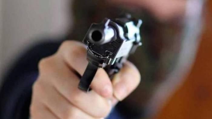 litiga con l amico lo minaccia di morte con la pistola