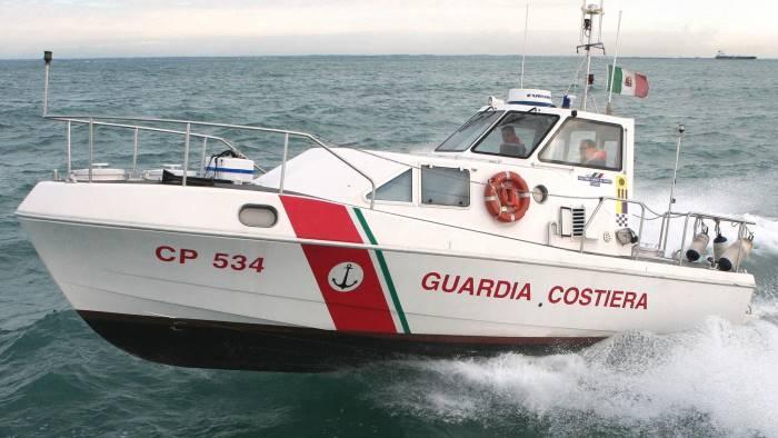 c e un cadavere in mare sul posto la guardia costiera