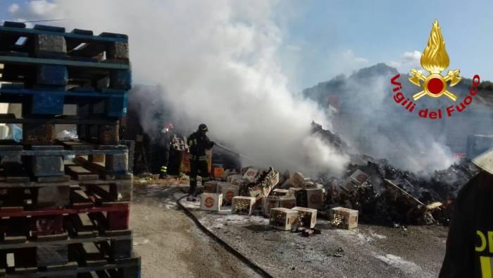 foto rogo nel deposito di bibite fumo e fiamme a calitri