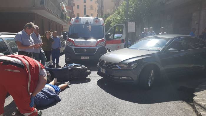 Salerno, auto del governatore Vincenzo De Luca si scontra con motorino