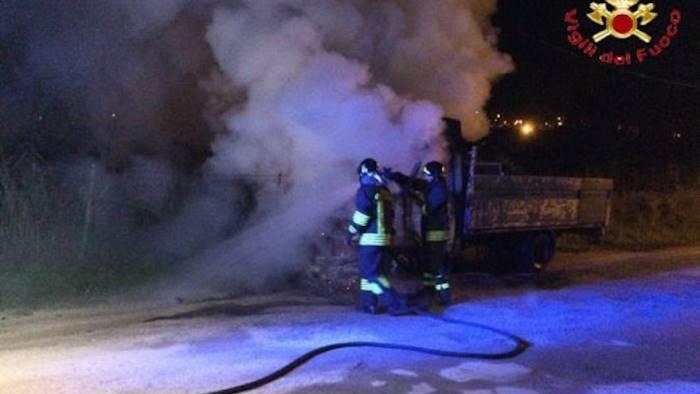 Ufficio In Fiamme : Furgone in fiamme nel cantiere del metanodotto ottopagine.it benevento