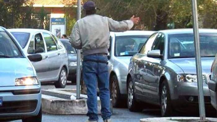 Napoli - Turisti rifiutano di pagare parcheggiatore abusivo, lui gli riga l'auto: arrestato