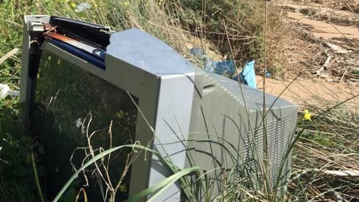 abbandonano rifiuti nella baia patrimonio dell unesco