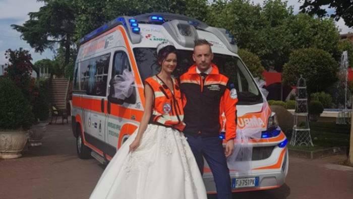 Matrimonio In Ambulanza : Gli sposi arrivano in ambulanza dopo i fiori d arancio la multa